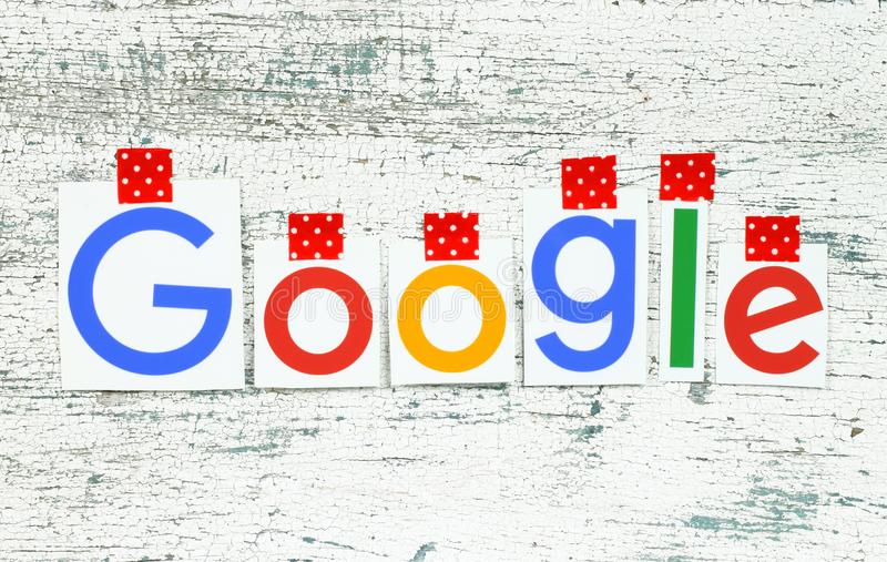 Google logotype που δένεται με ταινία με την κόκκινη κολλητική ταινία στο παλαιό ξύλο απεικόνιση αποθεμάτων