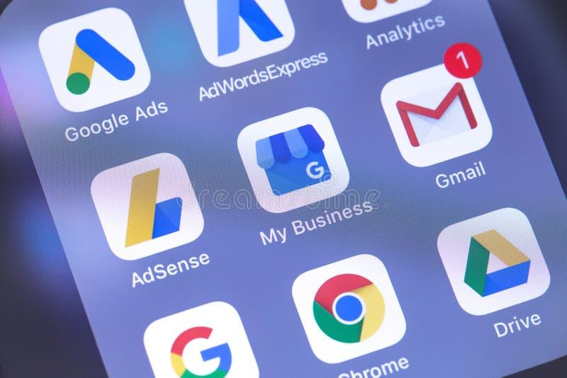 Google mantiene iconos de los apps en el smartphone de la pantalla Google es t fotos de archivo