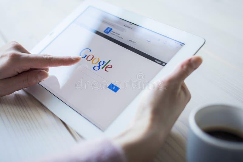 Google op ipad stock foto's