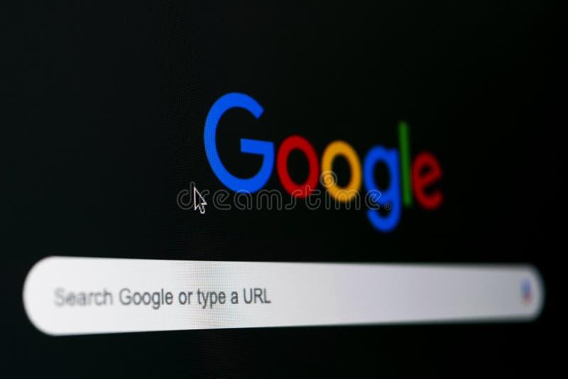 Google-Suchhomepage auf dem Bildschirmabschluß Apples IMac oben Google ist Welt-` s die meiste popul?re Suchmaschine Social Media stockfotos