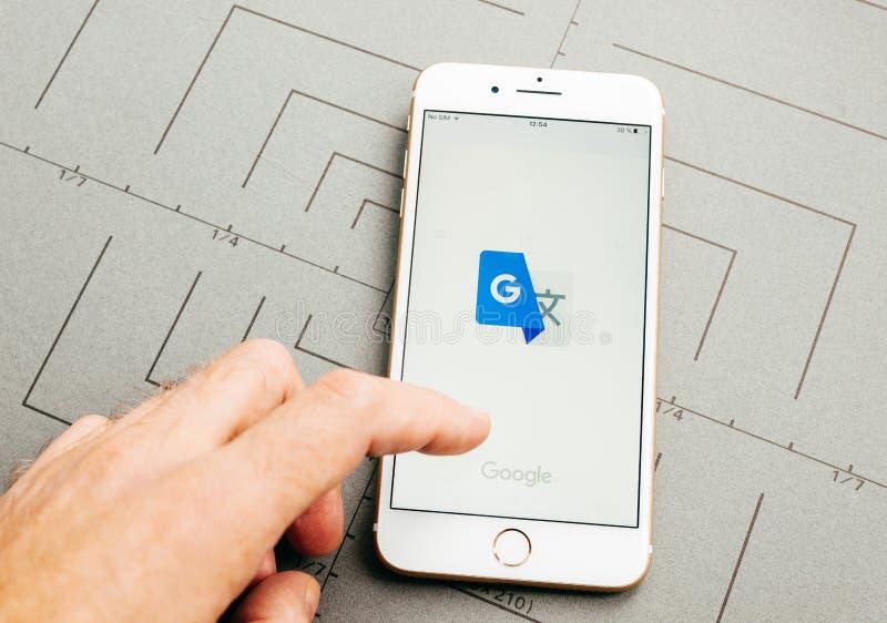 Google traduce el app en el iPhone 7 más el software de aplicación foto de archivo