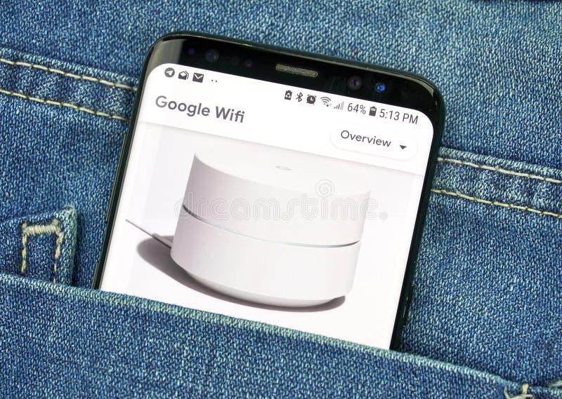 Google Wifi sur un écran de téléphone dans une poche photos libres de droits