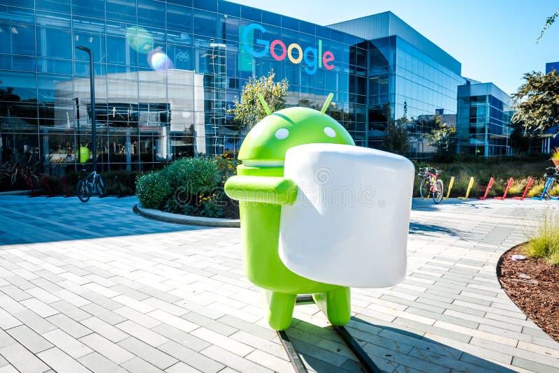 Googleplex -有机器人图的谷歌总部在前边 免版税库存照片
