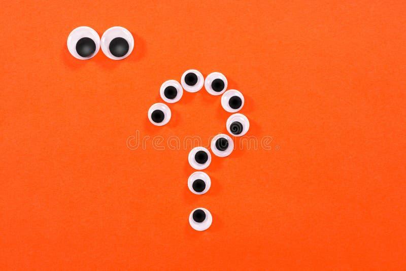 Googly ?gon Konstiga personer med tokiga ögon ser några galna leksakögon på orange bakgrund I formen av frågan fotografering för bildbyråer