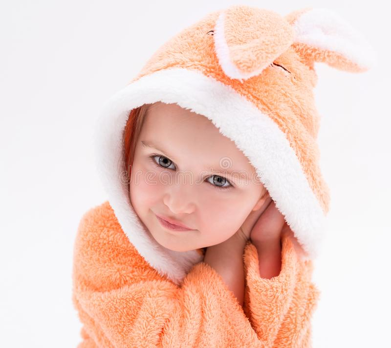 Gooi weinig konijntjesmeisje in peachy robe royalty-vrije stock afbeeldingen