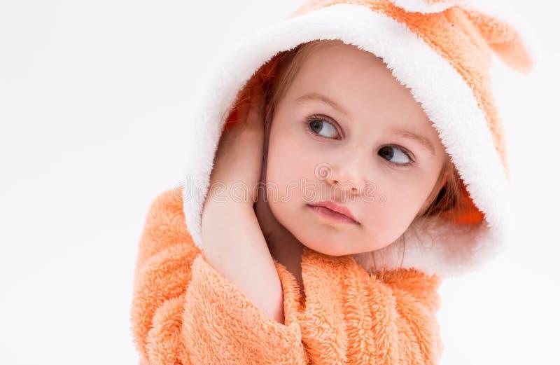 Gooi weinig konijntjesmeisje in peachy robe royalty-vrije stock foto