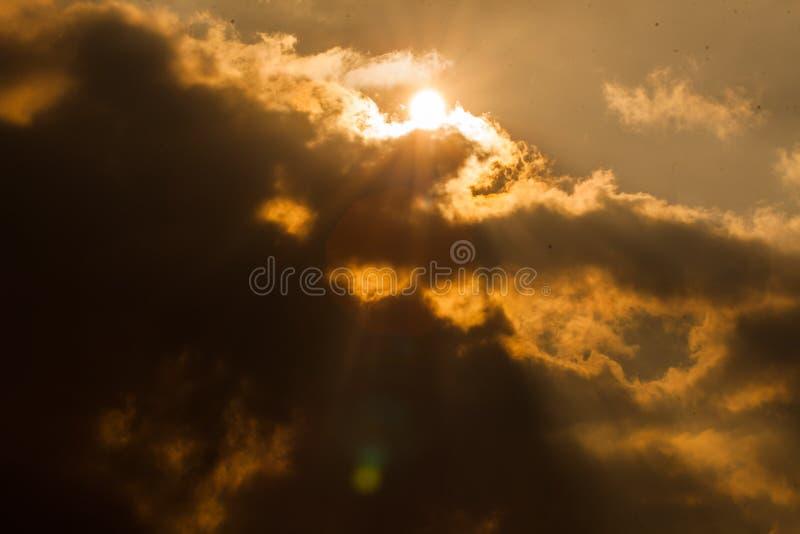 Goong de Sun detrás de las nubes fotos de archivo