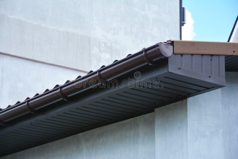 Goot van het huis de plastic dak met soffit en bandraad stock afbeelding