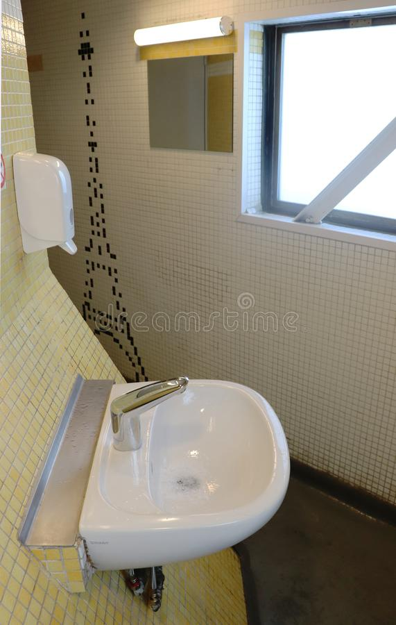 Gootsteen in de badkamers bij de bovenkant van de Toren van Eiffel royalty-vrije stock foto's