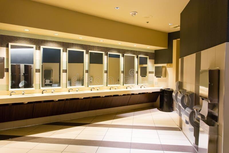 Gootstenen en handdrogers in openbaar toilet royalty-vrije stock afbeeldingen