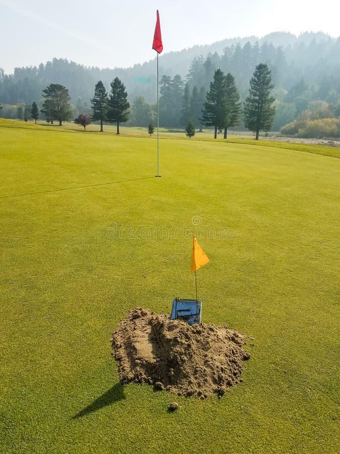 Gopher- oder Molefalle auf Golfgrün lizenzfreie stockbilder