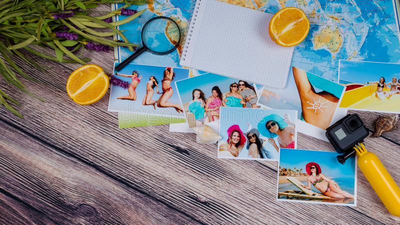 GOPRO, caméra d'action, photos sur une table en bois Voyage, station de vacances images stock