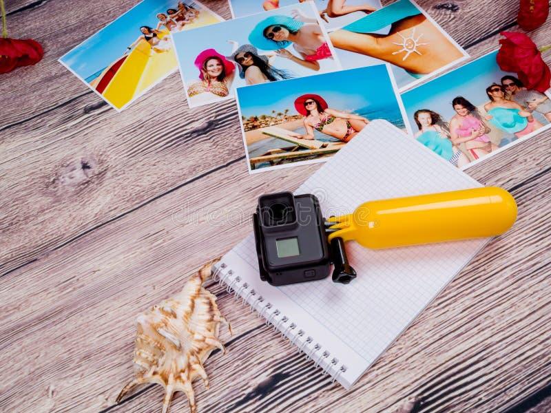 Gopro de caméra d'action et belles photos des filles sur la plage mémoire Station estivale photo libre de droits