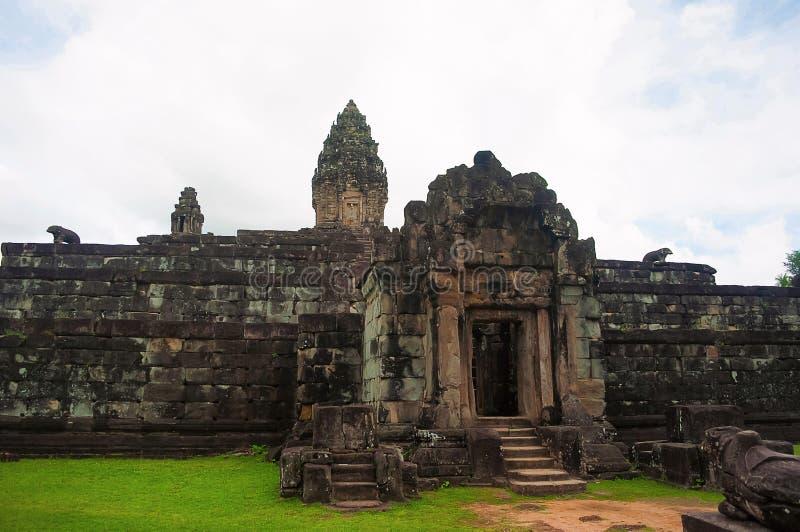 Gopura, Bakong-tempel, Roluos-Groep, Siem oogst, Kambodja Eerst van de grote bergtempels stock foto