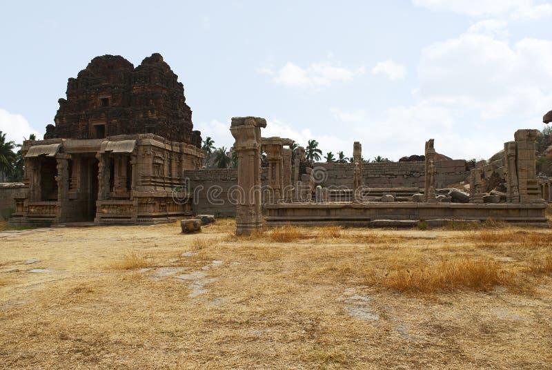 Gopura del norte del patio y de las ruinas internos de un mandapa en el lado derecho, templo de Achyuta Raya, Hampi, Karnataka Ce imagen de archivo