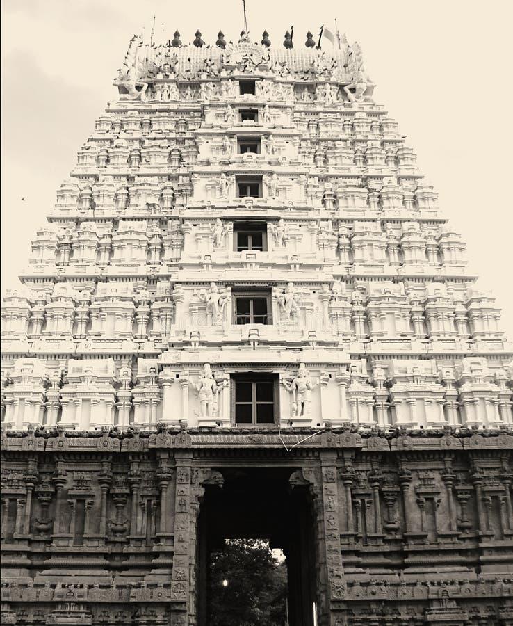 Gopura Gopuram - une porte dans des temples hindous de style de Dravidian photographie stock