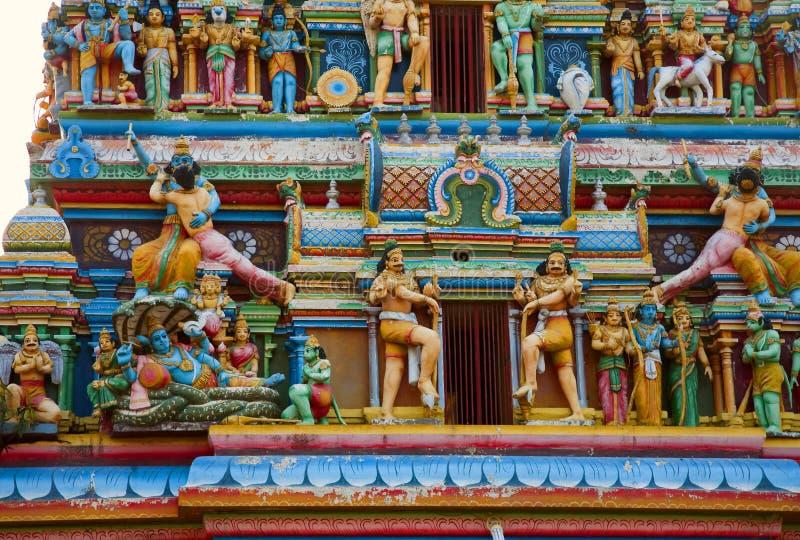 Gopuram met standbeelden van Hindoese goden in Negombo stock afbeeldingen