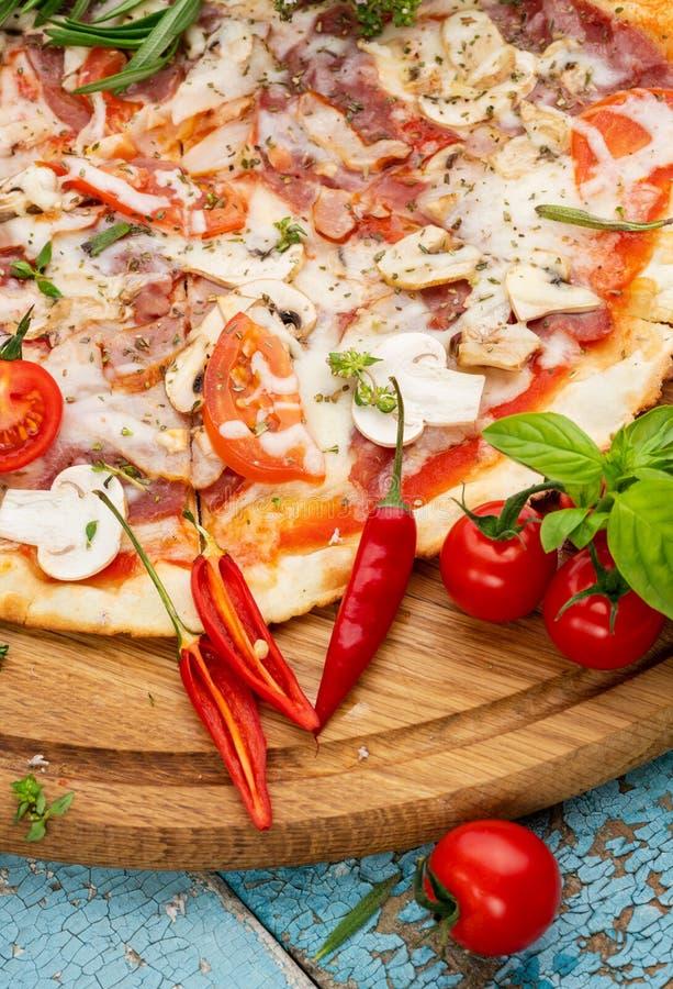 Gorąca domowej roboty włoska pizza zdjęcia stock