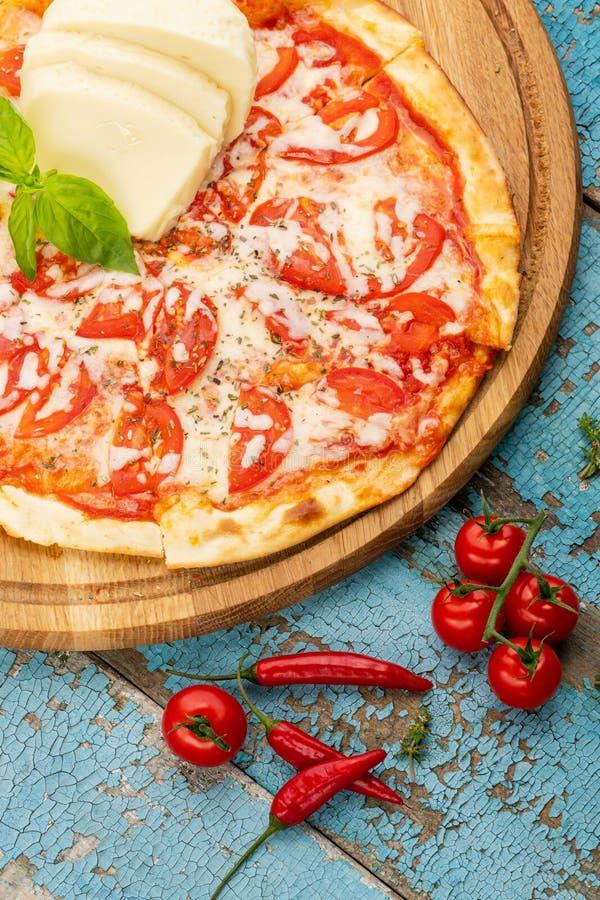 Gorąca domowej roboty włoska pizza zdjęcia royalty free