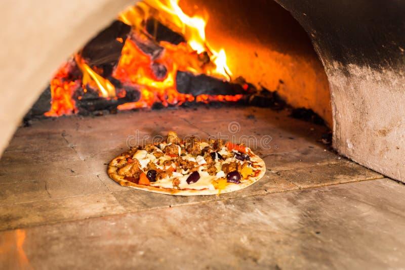 Gorąca pizza woodfired pizza piekarnik obrazy royalty free