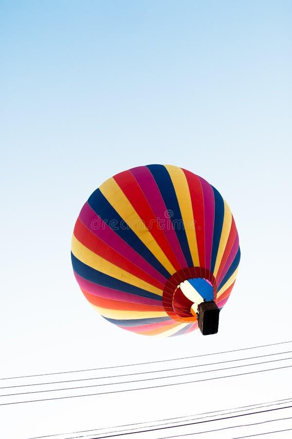 Gorące powietrze kolorowy balon wznosi się w niebo zdjęcie stock