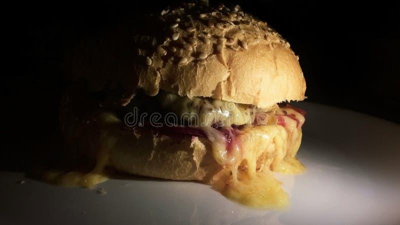 Gorący hamburger na talerzu zdjęcia royalty free