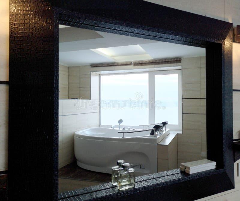 Gorąca balia w pokoju hotelowym Piękny widok, relaks i relaks, Fotografia przez odbicia lustro obraz royalty free