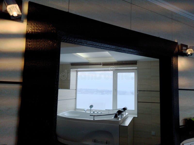 Gorąca balia w pokoju hotelowym Piękny widok, relaks i relaks, Fotografia przez odbicia lustro zdjęcia royalty free