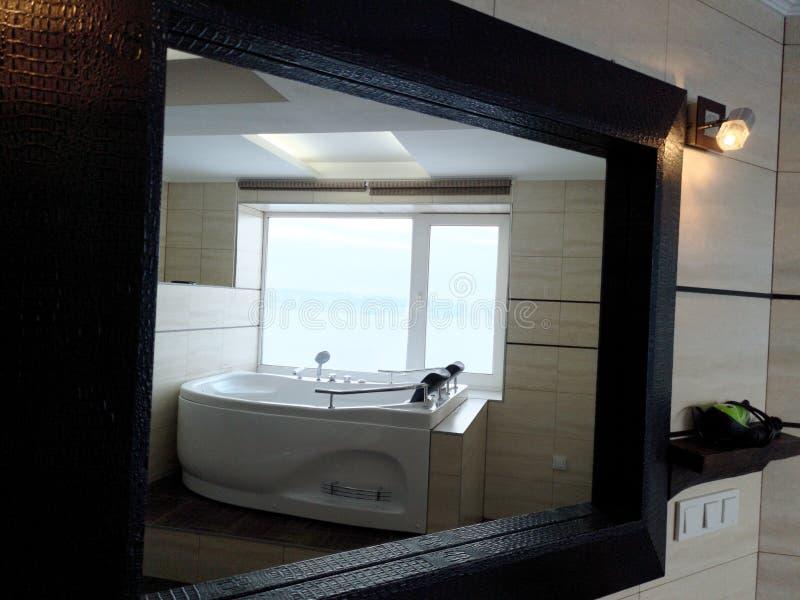Gorąca balia w pokoju hotelowym Piękny widok, relaks i relaks, Fotografia przez odbicia lustro obrazy royalty free