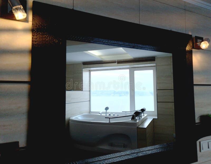 Gorąca balia w pokoju hotelowym Piękny widok, relaks i relaks, Fotografia przez odbicia lustro obraz stock