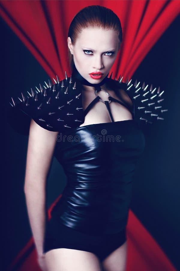 Gorąca brutalna dziewczyna na czerwieni zdjęcia stock