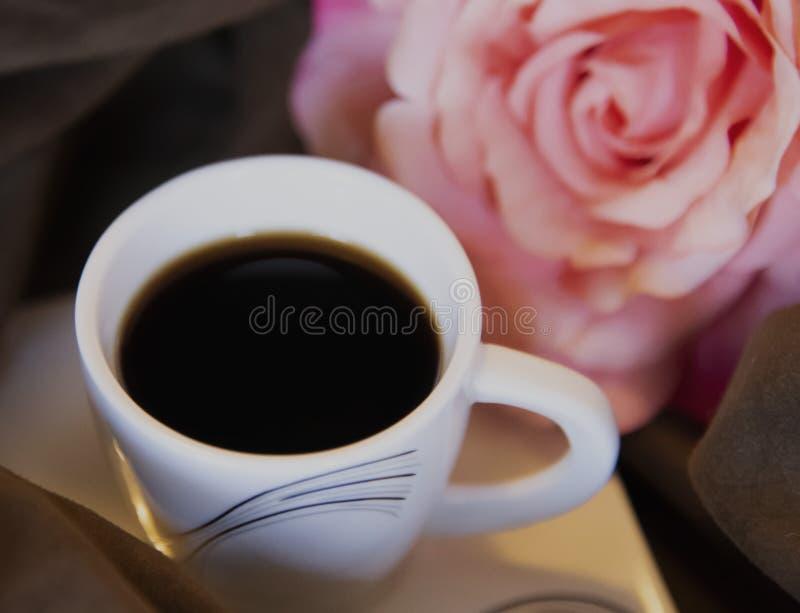 Gorąca czarna kawa wypełniał wewnątrz małą whit filiżankę obraz stock