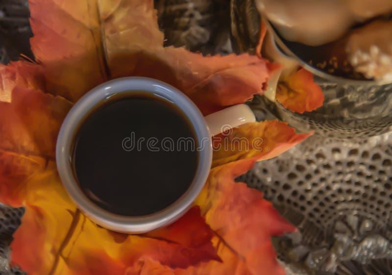 Gorąca czarna kawa wypełniał wewnątrz małą whit filiżankę obrazy royalty free
