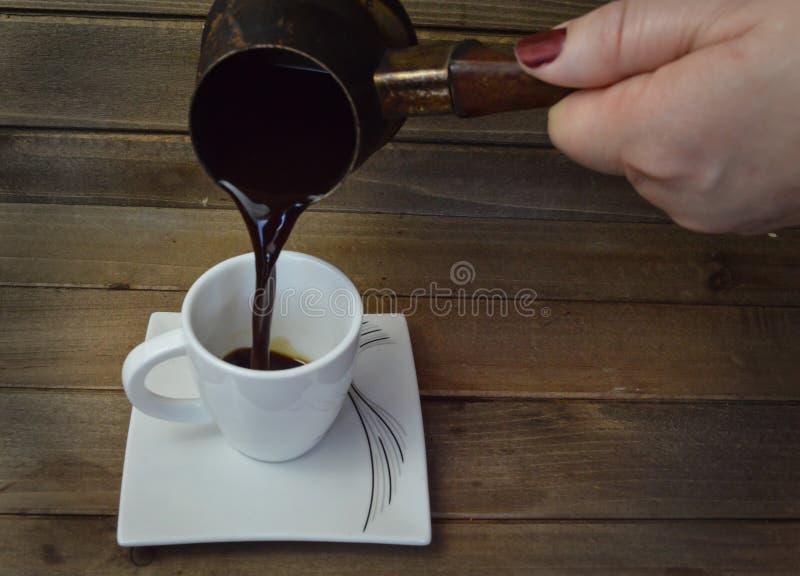 Gorąca czarna kawa wypełniał wewnątrz małą whit filiżankę fotografia royalty free