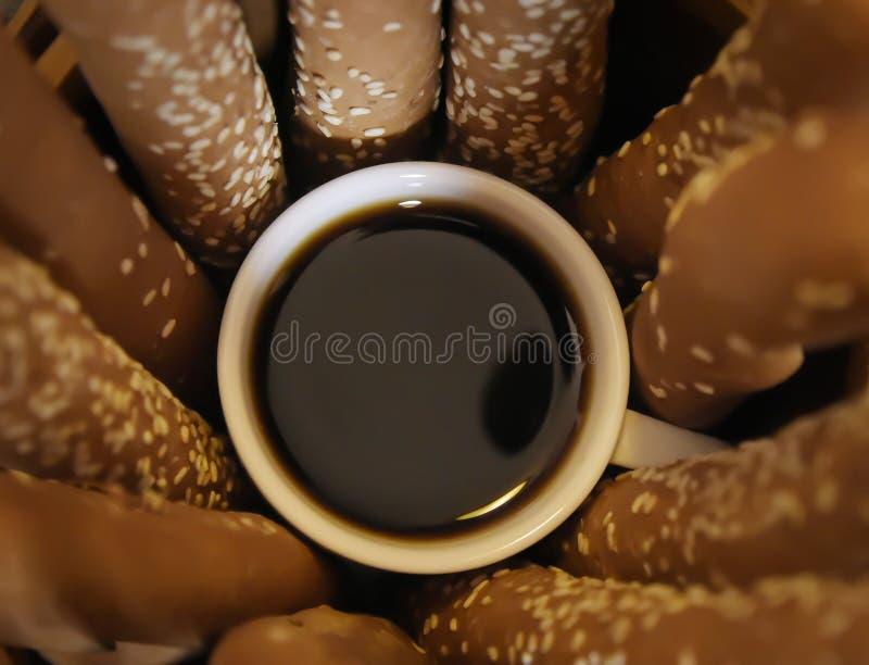 Gorąca czarna kawa wypełniał wewnątrz małą whit filiżankę zdjęcie stock