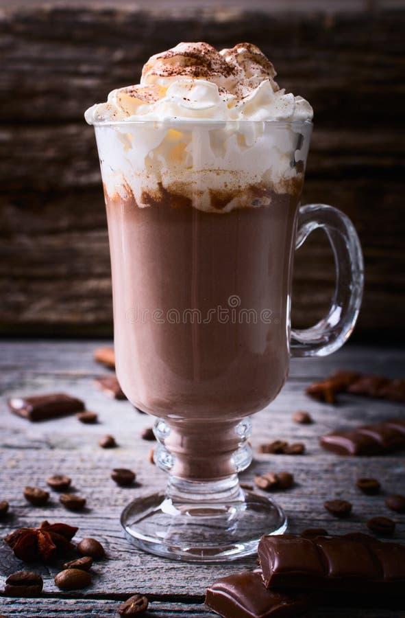 Gorąca czekolada garnirująca z batożącą śmietanką obraz royalty free