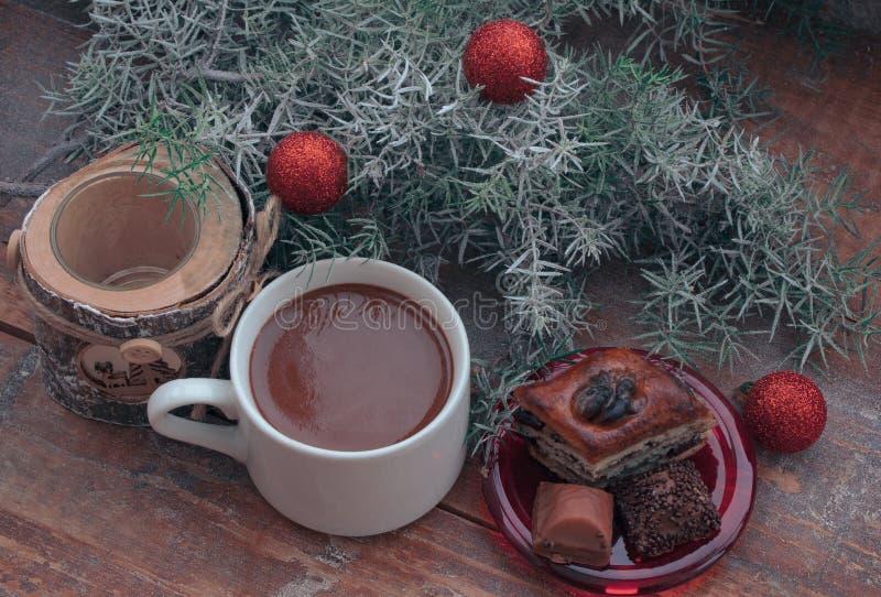 Gorąca czekolada i cukierki na poranku bożonarodzeniowy zdjęcie stock
