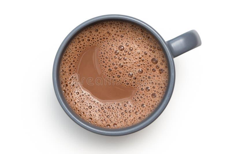 Gorąca czekolada w niebieskoszarym ceramicznym kubku odizolowywającym na bielu z góry obraz stock