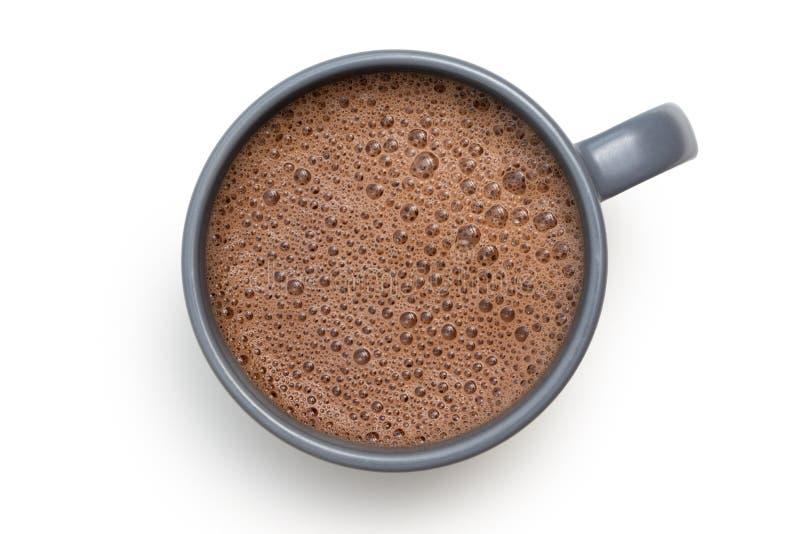Gorąca czekolada w niebieskoszarym ceramicznym kubku odizolowywającym na bielu z góry zdjęcia stock