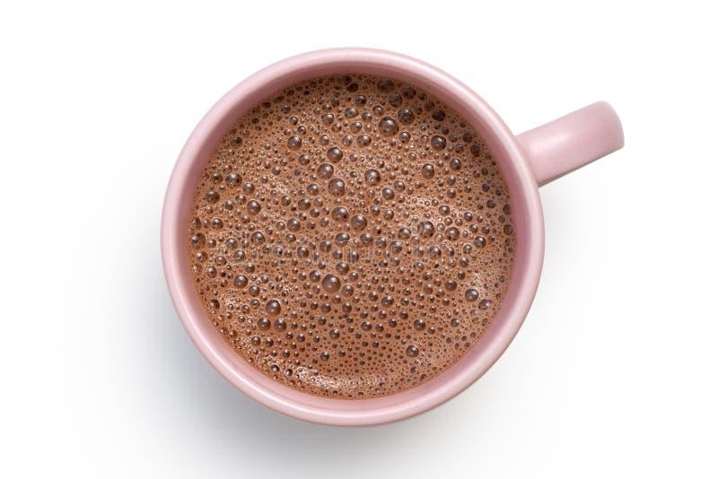 Gorąca czekolada w różowym ceramicznym kubku odizolowywającym na bielu z góry zdjęcie royalty free