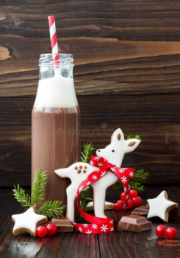 Gorąca czekolada z batożącą śmietanką w staromodnych retro butelkach z czerwienią paskował słoma Bożenarodzeniowy wakacyjny napoj obrazy stock