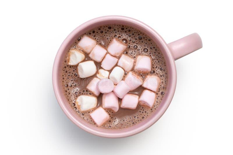 Gorąca czekolada z małymi różowymi i białymi marshmallows w różowym ceramicznym kubku odizolowywającym na bielu z góry zdjęcia stock
