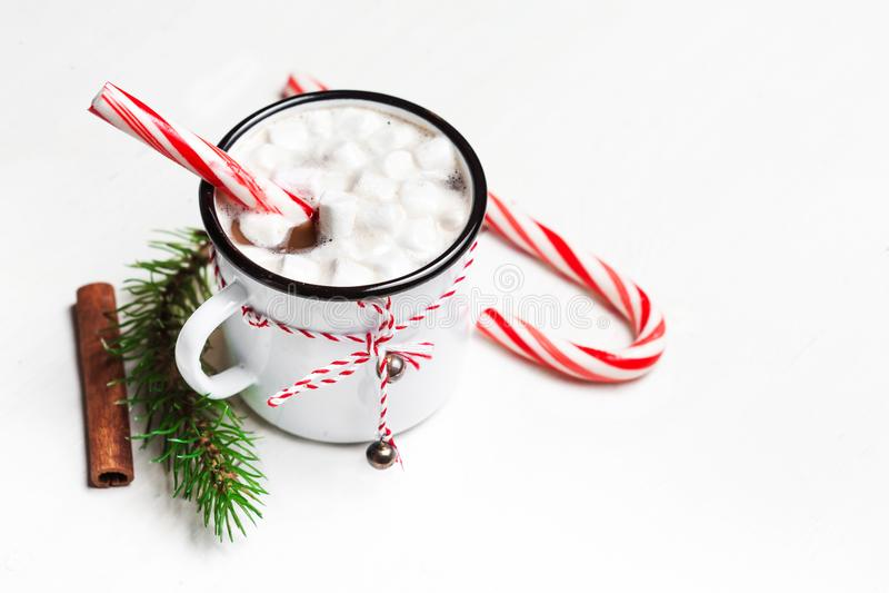Gorąca czekolada z marshmallow na białym drewnianym stole Odgórny widok obrazy stock