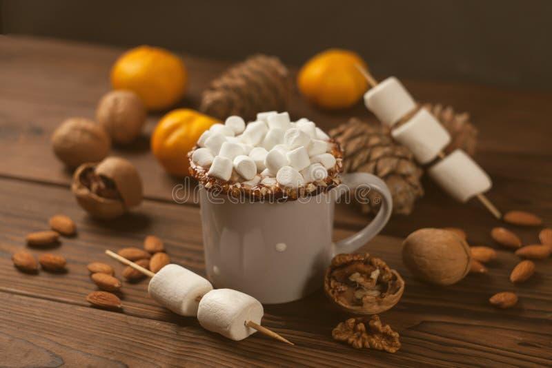 Gorąca czekolada z marsmallow cukierkami, zima nowego roku wciąż życie, stonowana fotografia zdjęcia stock