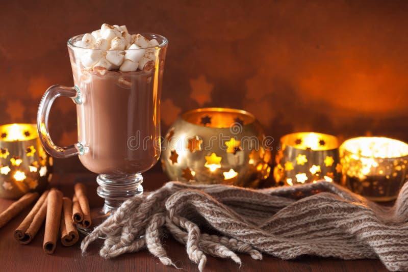 Gorąca czekolada z mini marshmallows zimy napoju cynamonowym candl obrazy stock