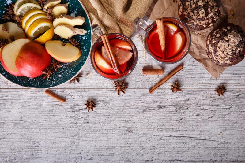 Gorąca czerwona herbata z owoc i czekoladowymi muffins na stołowym tle Zdrowa śniadanie kopii przestrzeń fotografia stock