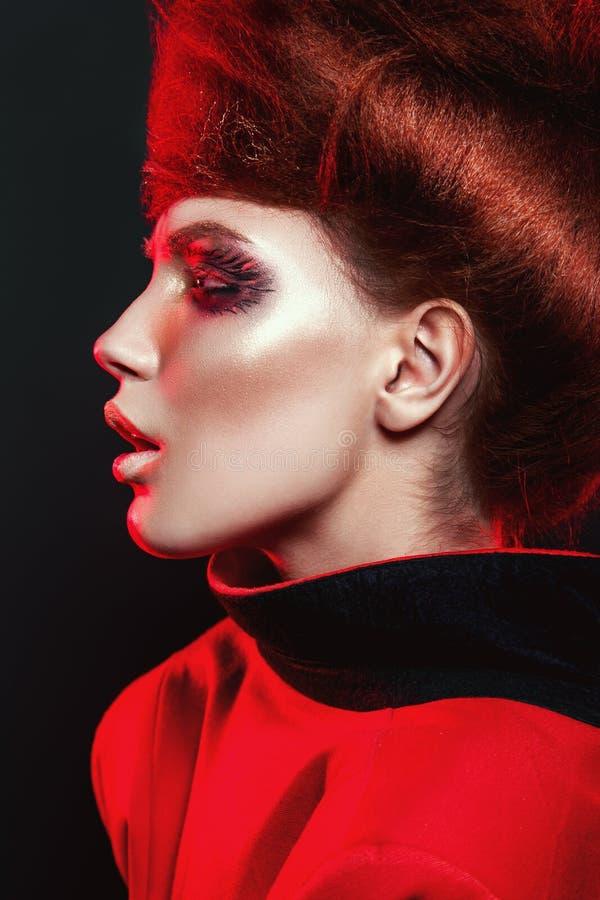 Gorąca dziewczyna w czerwieni z eyeshadows na oczach i kreatywnie sztuki makeup zbliżeniu obraz royalty free