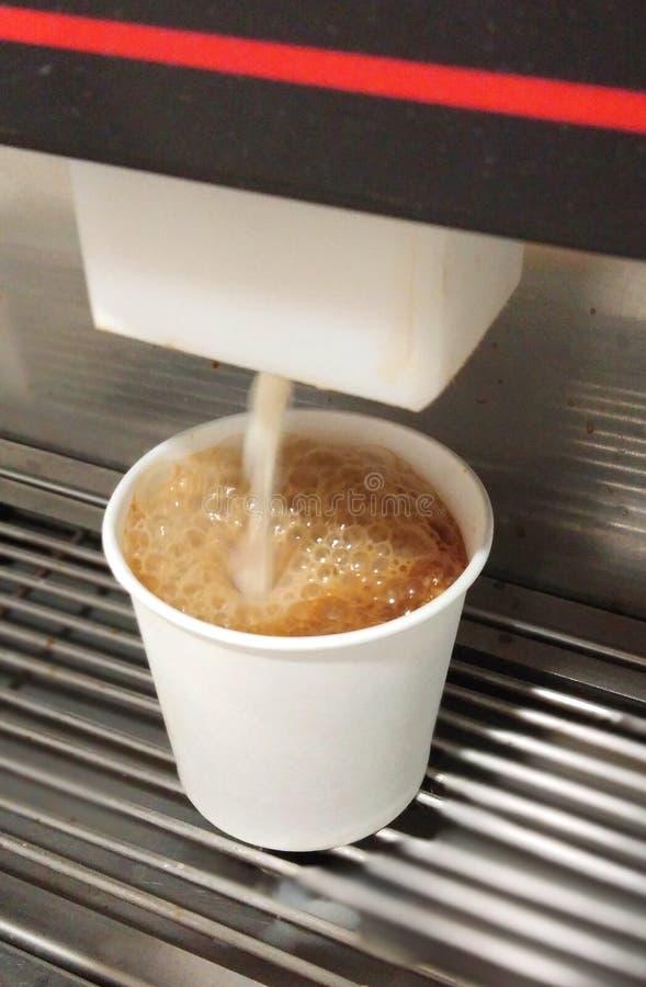 Gorąca herbata nalewa od maszyny zdjęcie royalty free
