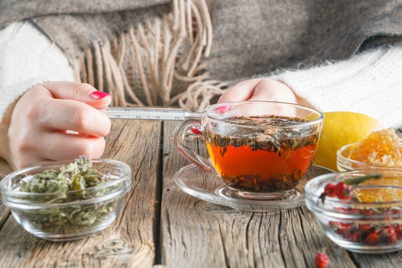 Gorąca herbata przeciw febrze zdjęcia royalty free