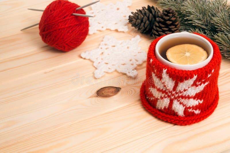 Gorąca herbata, trykotowa Bożenarodzeniowa dekoracja i jodły gałąź, zdjęcia royalty free